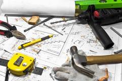 Verschiedene Hilfsmittel liegen auf Tischlerwerktisch. Stockfotos