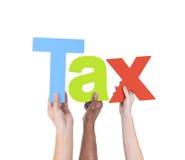Verschiedene Hände, welche die Wort-Steuer halten Stockbild