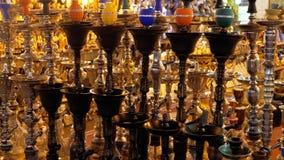 Verschiedene Huka werden auf der Anzeige eines arabischen Andenkenspeichers in ?gypten verkauft stock video footage