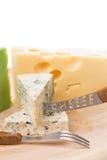Verschiedene Käse auf einem hölzernen Hintergrund Stockfotos