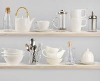 Verschiedene Küchengeräte auf hölzernen Regalen Stockfotografie