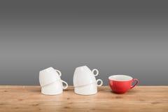 Verschiedene Kaffeetassen auf dem Holztisch Stockbild