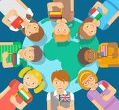 Verschiedene Kinder mit Flaggen um die Erde Stockbild