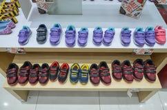 Verschiedene Kinderschuhe für Verkauf Stockfotografie
