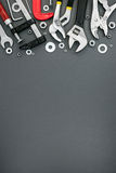 Verschiedene Klammern und justierbare Schlüssel auf grauem Hintergrund Lizenzfreies Stockfoto