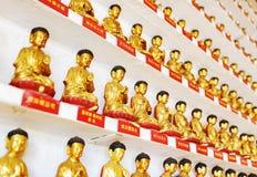 Verschiedene kleine goldene Buddha-Statuen innerhalb des Tempels der T Stockbilder
