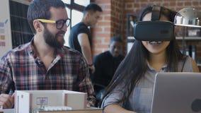 Verschiedene Kollegen, die VR beim Konstruieren des Hauses verwenden stock video footage