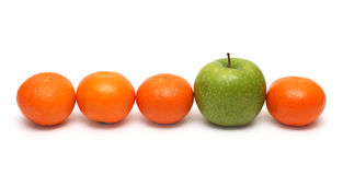 Verschiedene Konzepte mit Mandarinen und Apfel Lizenzfreies Stockfoto