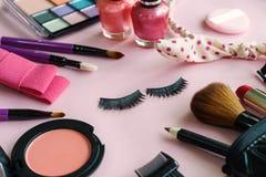 Verschiedene kosmetische Produkte und Kosmetik auf Rosa lizenzfreie stockbilder
