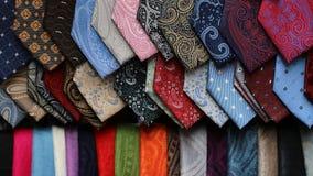 Verschiedene Krawattenschals auf Anzeige Stockbild