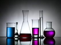 Verschiedene Laborflaschen gefüllt mit farbigen Substanzen lizenzfreies stockbild