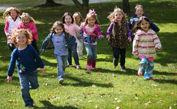 Verschiedene laufende Kinder Stockfoto