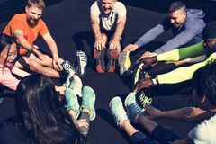 Verschiedene Leute, die an der Eignungsturnhalle trainieren lizenzfreies stockfoto