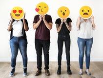 Verschiedene Leute, die emoji Ikonen halten Stockfotografie
