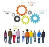 Verschiedene Leute, die rückwärts mit Geschäft Infographic gegenüberstellen Lizenzfreie Stockfotografie