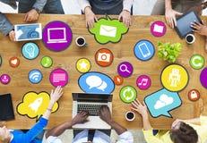 Verschiedene Leute, die an Social Media anschließen Lizenzfreie Stockfotos