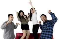 Verschiedene Leute, die Spaß zusammen auf Studio haben Stockbild