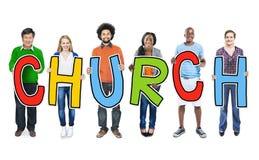 Verschiedene Leute, die Text-Kirche halten Lizenzfreie Stockbilder