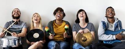 Verschiedene Leute, die zusammen Musik genießen Lizenzfreie Stockbilder