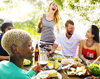 Verschiedene Leute-Freunde, die heraus Partei-Konzept hängen Stockfoto