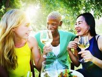 Verschiedene Leute-Freunde, die heraus trinkendes Konzept hängen Stockfoto