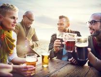 Verschiedene Leute-Freunde, die heraus trinkendes Konzept hängen Stockbild