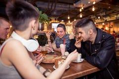Verschiedene Leute Hang Out Pub Friendship stockfoto