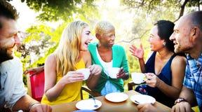 Verschiedene Leute-Kaffeestube draußen plaudern Konzept Lizenzfreie Stockbilder