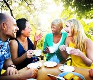 Verschiedene Leute-Kaffeestube draußen plaudern Konzept Stockfotos
