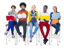 Verschiedene Leute-Lesebücher auf weißem Hintergrund Stockfotos