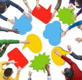 Verschiedene Leute mit bunten Sprache-Blasen Stockbilder