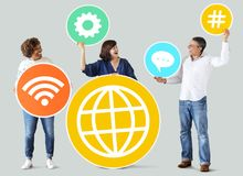 Verschiedene Leute mit Social Media-Ikonen Lizenzfreie Stockfotografie