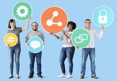 Verschiedene Leute mit Social Media-Ikonen Lizenzfreie Stockbilder
