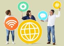 Verschiedene Leute mit Social Media-Ikonen Stockfotos