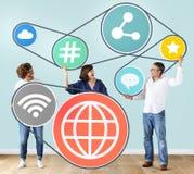 Verschiedene Leute mit Social Media-Ikonen Stockfotografie