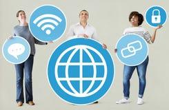 Verschiedene Leute mit Social Media-Ikonen Lizenzfreies Stockfoto