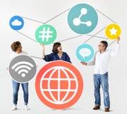 Verschiedene Leute mit Social Media-Ikonen Lizenzfreies Stockbild