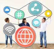 Verschiedene Leute mit Social Media-Ikonen Stockbilder