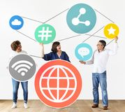 Verschiedene Leute mit Social Media-Ikonen Lizenzfreie Stockfotos