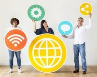 Verschiedene Leute mit Social Media-Ikonen Stockfoto