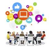 Verschiedene Leute mit Social Media-Konzept Lizenzfreie Stockfotos