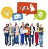 Verschiedene Leute mit Technologien und Ideen-Konzept Lizenzfreie Stockfotografie