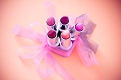 Verschiedene Lippenstiftfarben mit Bögen und Vignette Stockfotografie
