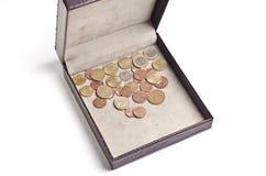 Verschiedene Münzen im geöffneten Kasten Lizenzfreies Stockfoto