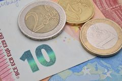 verschiedene Münzen und Eurobanknoten Lizenzfreies Stockfoto