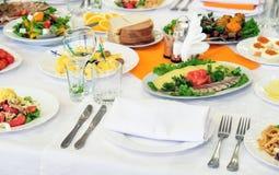 Verschiedene Mahlzeiten f?r die G?ste auf Bankettisch lizenzfreie stockfotos