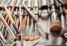 Verschiedene Make-upbürsten für die Braut in der Hochzeits-Zeremonie Lizenzfreie Stockfotos