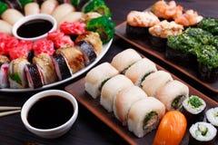 Verschiedene maki Sushirollen im Satzabschluß oben Sushi-Restaurant-Menü, Stockfotos