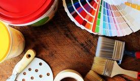 Verschiedene Malereiwerkzeuge und Farbpalette Stockfotografie