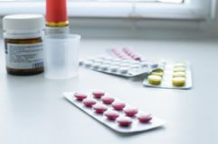 Verschiedene Medizin auf weißem Hintergrund Lizenzfreie Stockfotos
